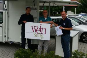 Наш коллега Thomas Thiel передаёт мобильный торговый павильон  для продажи вина Keith Bain и Frank Elsesser